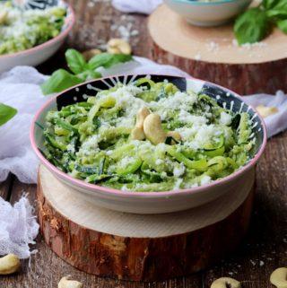 Makaron z cukinii z zielonym pesto