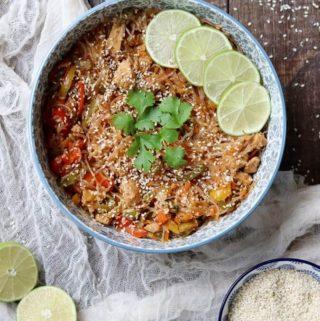 Sałatka tajska z kurczakiem i makaronem