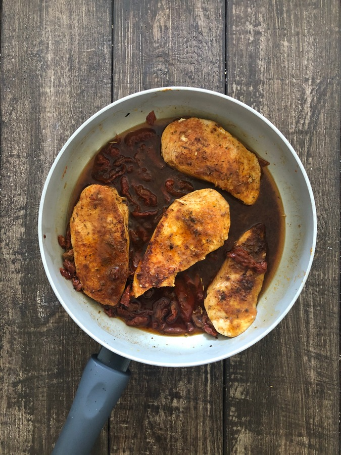 Kurczak w sosie ze szparagami i suszonymi pomidorami